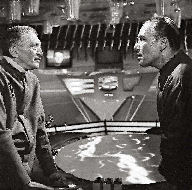 v.l.: Oberst Villa (Friedrich Joloff) und Lindley (Albert Hehn). – Bild: TMG