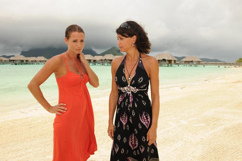 Julia (Anja Kling, li.) muss sich zwischen Karriere und Liebe entscheiden. Ihre Schwester Melanie (Gerit Kling, re.) ist ihr dabei keine große Hilfe. – Bild: ZDF