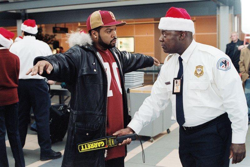 Die Tricks der Kinder haben es in sich. Ein Taschenmesser in Nick Persons (Ice Cube, l.) Jacke löst am Flughafen einen Alarm aus. Wie ist dieses nur dorthin geraten? – Bild: VOX / Columbia Pictures /