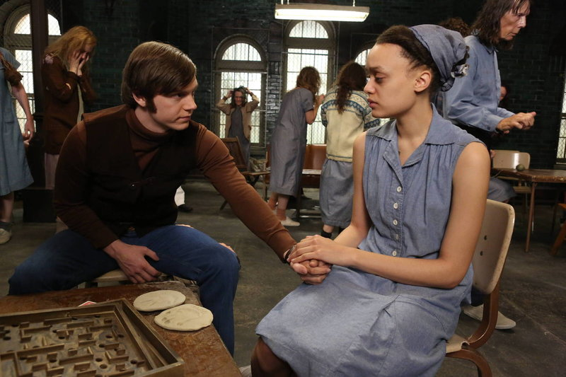 Kit Walker (Evan Peters, l.) besucht Alma (Britne Oldford, r.) in Briarcliff ... – Bild: ProSieben Fun