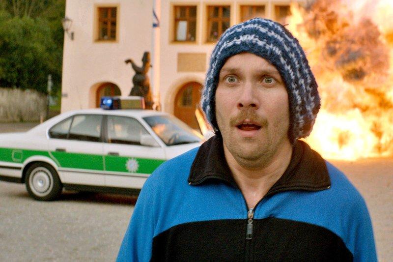 """Das von Georg (Christian Ulmen) geplante """"Wunder"""" läuft nicht ganz, wie gedacht. – Bild: NDR/Wiedemann & Berg Film"""