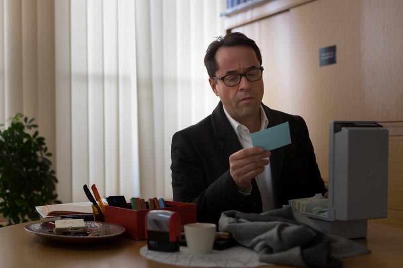 Vernau (Jan Josef Liefers) besorgt sich die Adresse der toten Schülerin Clarissa. Er will herausfinden, was wirklich mit Clarissa passiert ist. – Bild: ZDF und Conny Klein