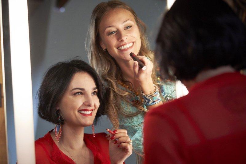 Claudia (Mimi Fiedler, l.) und Toni (Sina Tkotsch) machen sich vorm Spiegel ausgehfertig. – Bild: RTL