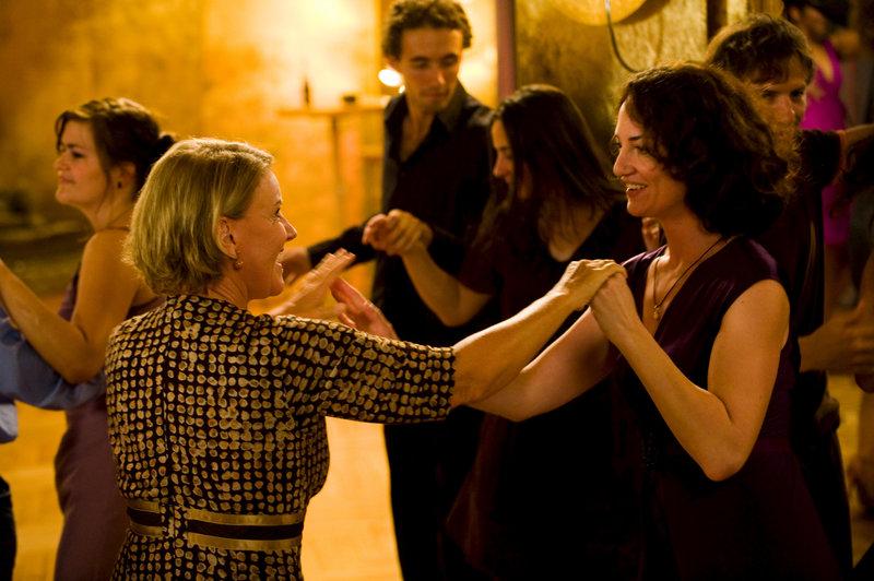 Dana (Natalia Wörner, r.) und Rike (Mariele Millowitsch, l.) haben sich zum Tanzen getroffen. Rike ist anfänglich zwar etwas zögerlich, tanzt dann aber ausgelassen mit Dana. – Bild: ZDF und Gordon Mühle