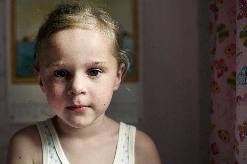 Clara (Pia/Chiara Kleemann) kann die Veränderungen in ihrer Familie nicht verstehen. – Bild: ZDF / © philip gröning filmproduktio