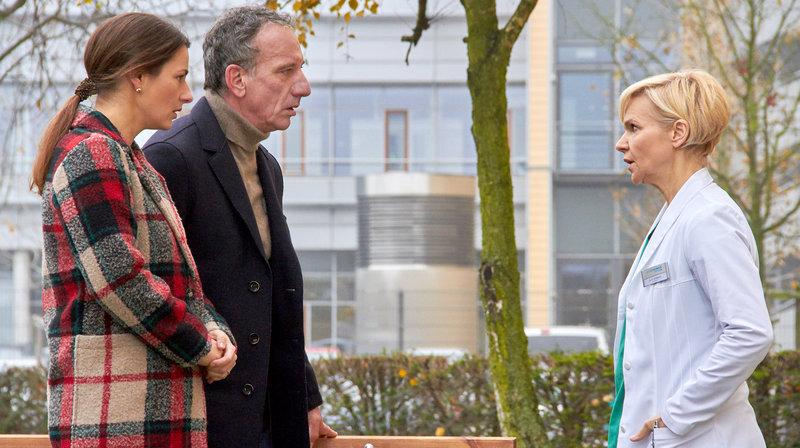 Während ihr Sohn Moritz operiert wurde, haben Alexander Weber (Heio von Stetten, 2.v.li.) und seine Ex-Frau Maria Weber (Annett Renneberg, li.) versucht, ein Gespräch über den weiteren Werdegang zu führen. Maria will Moritz mit nach München nehmen, Alexander würde ihn gern hier in Leipzig lassen, da er im Gegensatz zu Maria Zeit hat, sich um ihn zu kümmern. Doch alles wird nebensächlich als Dr. Kathrin Globisch (Andrea Kathrin Loewig, re.) dazu kommt und den beiden berichtet, dass sie die OP abbrechen mussten, da Moritz schwere Herzrhythmusstörungen hatte. – Bild: MDR/Saxonia Media/Kiss