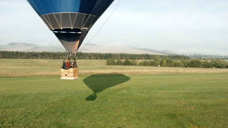 Christine Walkden begibt sich per Heißluftballon auf die Suche nach den schönsten Gärten Großbritanniens: Heute ist sie in Northumberland unterwegs. – Bild: RTL Living