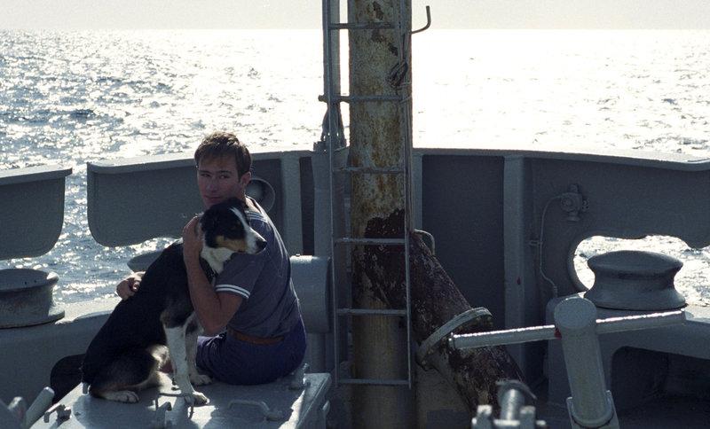 Massina (Nicolas Robin) und sein Hund Giovanni sorgen für etwas Abwechslung im eintönigen Alltag an Bord des Schiffes. – Bild: 3sat