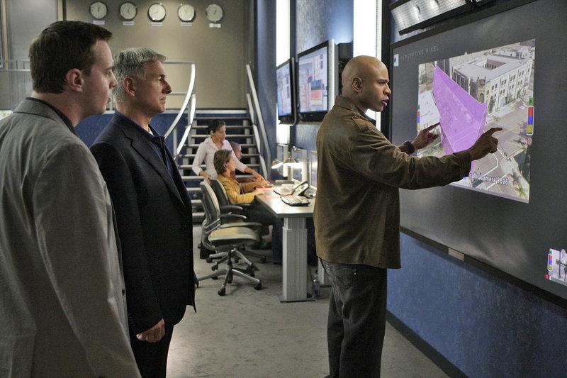 Gemeinsam versuchen sie einen Fall zu lösen: Special Agent Sam Hanna (LL Cool J, r.), Gibbs (Mark Harmon, M) und McGee (Sean Murray, l.) ... – Bild: epp