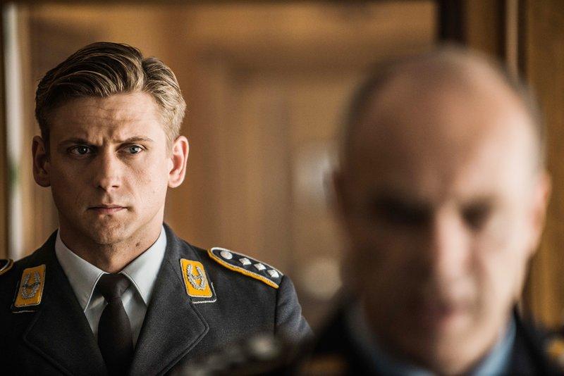 Harry (Steve Windolf, l.) muss sich für sein Verhalten vor dem Kommodore Kieser (Peter Kremer) verantworten. – Bild: RTL / Wolfgang Ennenbach