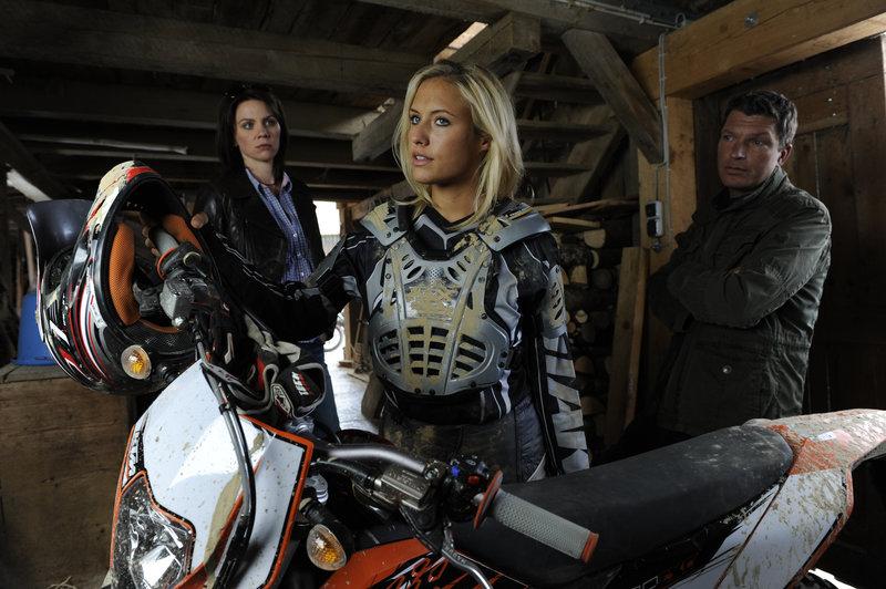 Marie (Gisa Zach, l.) und Stefan (Hardy Krüger jr., r.) stellen den Motorcrossfahrer: Es ist die Tochter von Sägewerksbesitzer Berghammer (Alena Gerber, M.). – Bild: ZDF