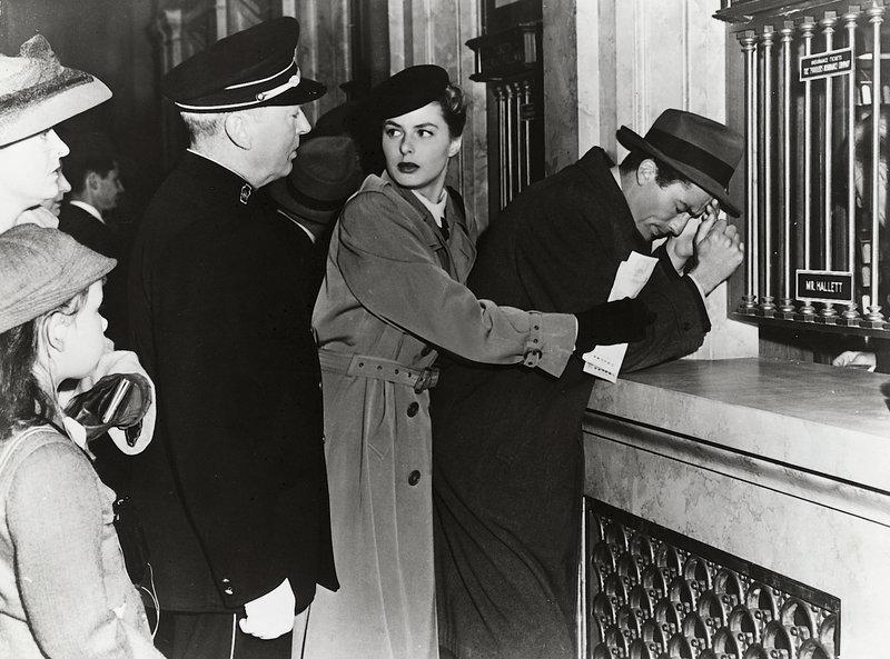 Dr. Constance Peterson (Ingrid Bergmann) will ihren kranken Geliebten (Gregory Peck, r.) zu ihrem früheren Lehrer, dem Psychiater Dr. Alex Brulov bringen. Auf einem Bahnhof in New York erregt ihr Schützling, der von der Polizei gesucht wird, bei einem Schwächeanfall Aufsehen. (Restl. Darsteller unbekannt). – Bild: ZDF und Disney