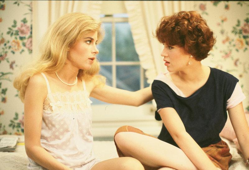 Während Ginny Baker (Blanche Baker, l.) scheinbar alles zufliegt, muss ihre Schwester Samantha (Molly Ringwald, r.) einen Rückschlag nach dem anderen hinnehmen ... – Bild: 1984 Universal City Studios, Inc. Lizenzbild frei