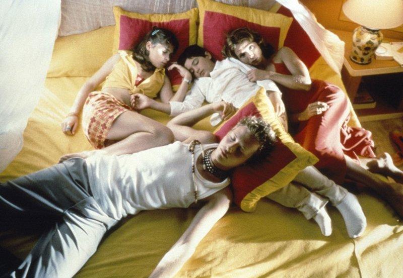 """MDR Fernsehen DREI VÄTER ZU VIEL, """"Mon père, ma mère, mes frères et mes soeurs"""", am Samstag (02.06.12) um 16:30 Uhr. Anne (Victoria Abril, r.) hat drei Kinder von drei Vätern: Clémentine (Élodie Bollée, l.), Victor (Pierre-Jean Cherit, M.) und Julien (Rudi Rosenberg, vorn). – Bild: MDR/CLT"""