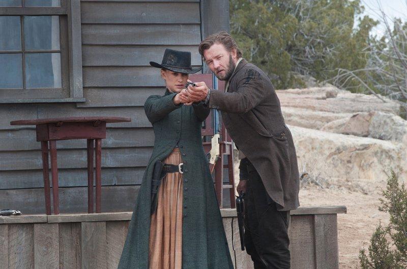 Dan Frost (Joel Edgerton) führt Jane (Natalie Portman) zum Ziel. – Bild: ARD Degeto/Square One Entertainment