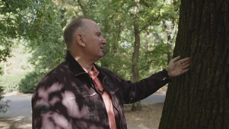 Der pensionierte Polizist Karlheinz Gaertner zeigt ein typisches Drogenversteck. – Bild: ZDF und Alexander Griesser.