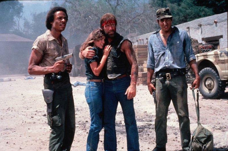 Texas Ranger J.J. McQuade (Chuck Norris,m.), sein Partner Kayo (Robert Beltran,r.), Tochter Sally (Dana Kimmell) und FBI-Agent Jackson (Leon Isaac Kennedy,l.). – Bild: ATV2