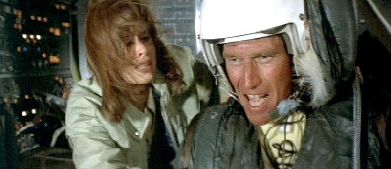 Alan (Charlton Heston, li.) und Stewardess Nancy Pryor (Karen Black) – Bild: RTL Zwei