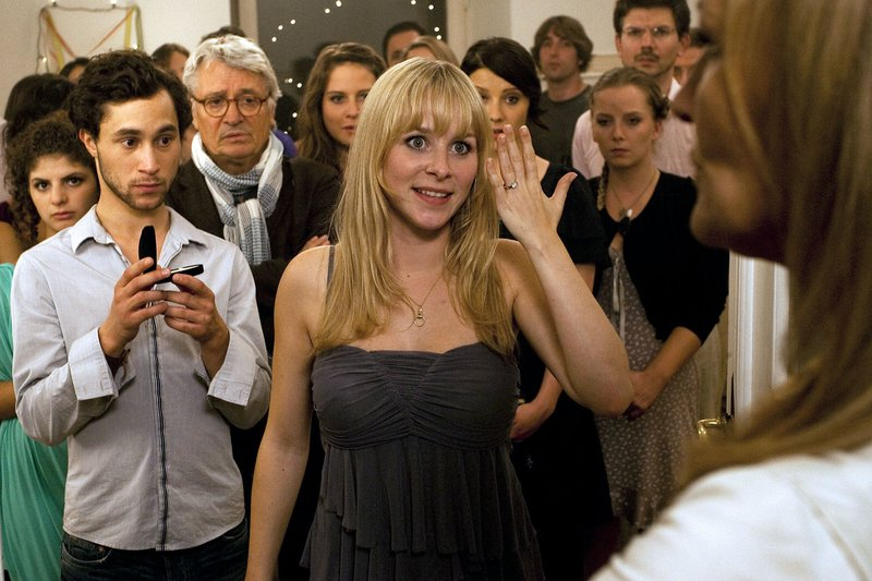 rbb Fernsehen RAT MAL, WER ZUR HOCHZEIT KOMMT, am Donnerstag (28.05.15) um 20:15 Uhr. Theresa (Suzanne von Borsody, rechts) ist nicht begeistert davon, dass ihre Tochter Lisa (Jasmin Schwiers) den Kroaten Hrvoje (Ludwig Trepte, 2.v. links) heiraten will. Auch auf die Gegenwart ihres Exmannes Gerd (Henry Hübchen, 3.v. links) könnte sie gern verzichten. – Bild: rbb/Degeto/Chris Hirschhäuser
