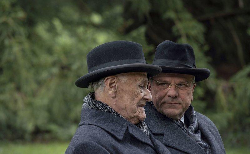 Hans Globke (Bernhard Schütz) ist Konrad Adenauers engster Mitarbeiter, über den der Kanzler (Dieter Schaad) im Zweifel seine schützende Hand hält. – Bild: ZDF und SWR/UFA FICTION/Hardy Brackmann