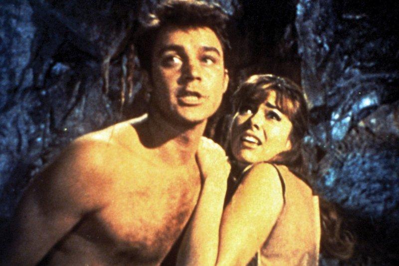 """MDR Fernsehen DIE GEHEIMNISVOLLE INSEL, """"Mysterious Island"""", am Samstag (03.01.15) um 16:20 Uhr. Auf einer Insel im Südpazifik gestrandet, fürchten sich der Amerikaner Herbert Brown (Michael Callan) und die Engländerin Elena (Beth Rogan) vor Monsterbienen. – Bild: MDR/Morefilms"""