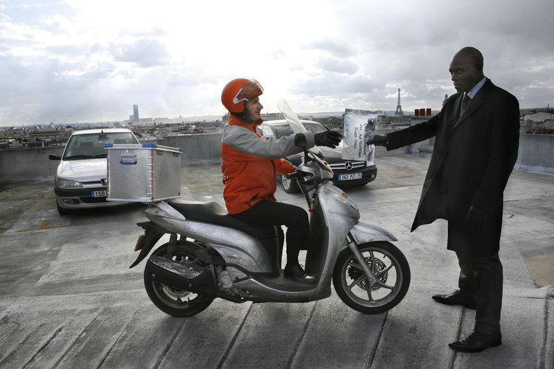 Sam (Michael Youn) arbeitet als Bote für einen Kurierdienst in Paris. – Bild: 2009 EUROPACORP - M6 FILMS - BLACK MASK PRODUCTIONS - ROISSY FILMS Lizenzbild frei
