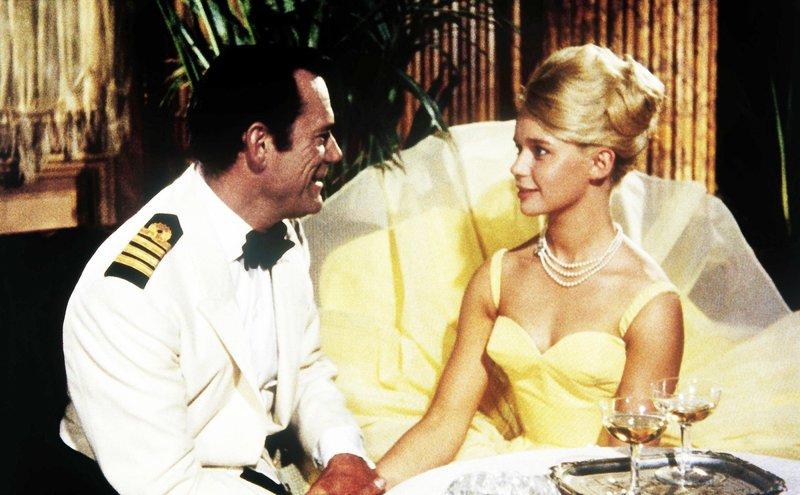 Kaptäin Eddie Cronen (Eddie Constantine), Prinzessin Marina (Marion Michael). – Bild: ORF / Beta Film
