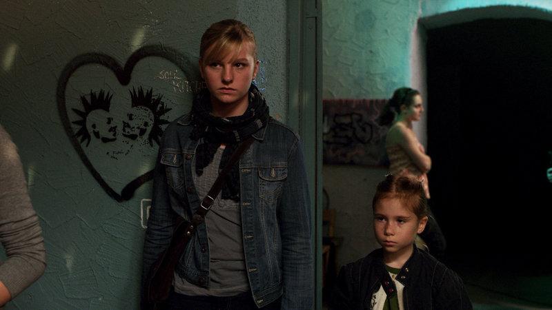 Johanna, gespielt von Elisa Essig, und ihre kleine Schwester Moni, gespielt von Antonia T. Pankow – Bild: ZDF und Christine A. Maier