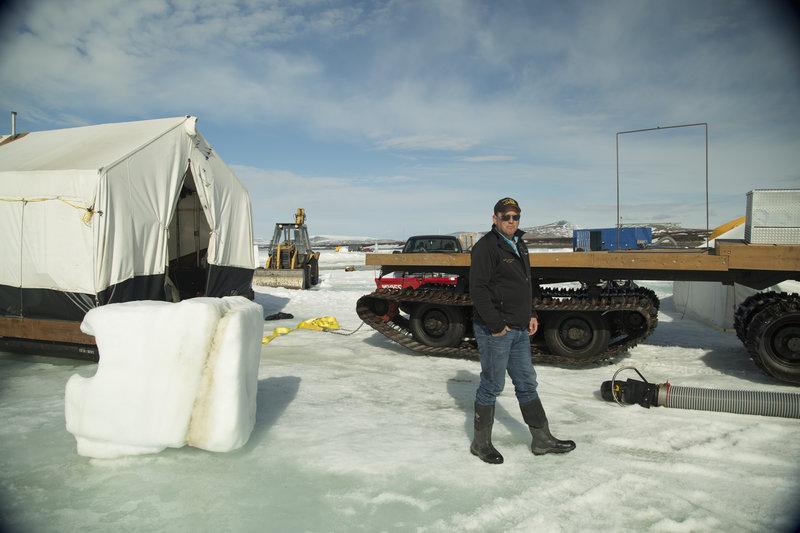 Cody Moen at the dredge site. – Bild: DMAX