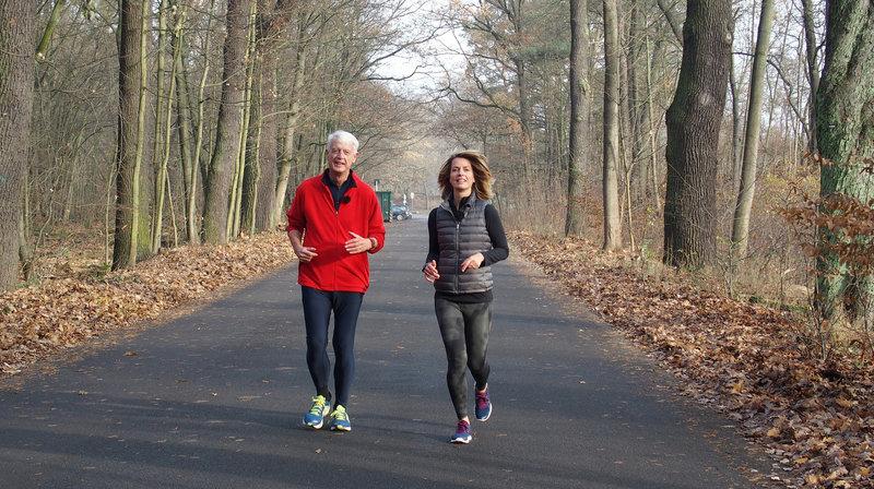 Bekannte Fernsehgesichter des rbb begleiten durch den Silvesterabend, unter anderm verrät Jessy Wellmer ihr Highlight des Jahres 2016. - Jessy Wellmer mit Werner Sonne beim joggen. – Bild: rbb