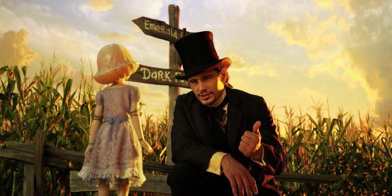 Mit Hilfe des Porzellanmädchens gelingt es Oz (James Franco), sich in dem wundersamen unbekannten Land zu orientieren. – Bild: MG RTL D / © 2012 Disney E