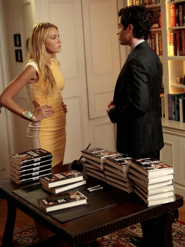Da Serena (Blake Lively, l.) im Buch als unzuverlässiges Partygirl erscheint und dadurch prompt Schwierigkeiten im Job bekommt, ist sie von Dan (Penn Badgley, r.) schwer enttäuscht ... – Bild: Warner Bros. Television Lizenzbild frei
