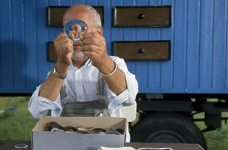 Mit alten Brillengläsern vom Optiker probiert Peter (Peter Lustig Bauwagen) deren Vergrößerungs- und Verkleinerungseffekt aus. – Bild: ZDF und Michael Schuff