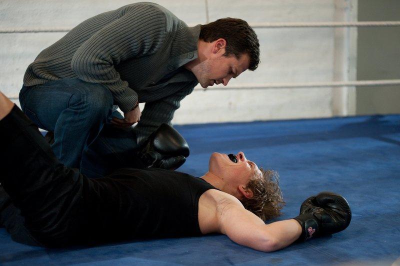Jan Bergmann (Wayne Carpendale, l.) kümmert sich um den angeschlagenen Boxer Sebastian Meinert (Remo Schulze, r.). – Bild: Christine Schroeder / Christine Schroeder / ZDF