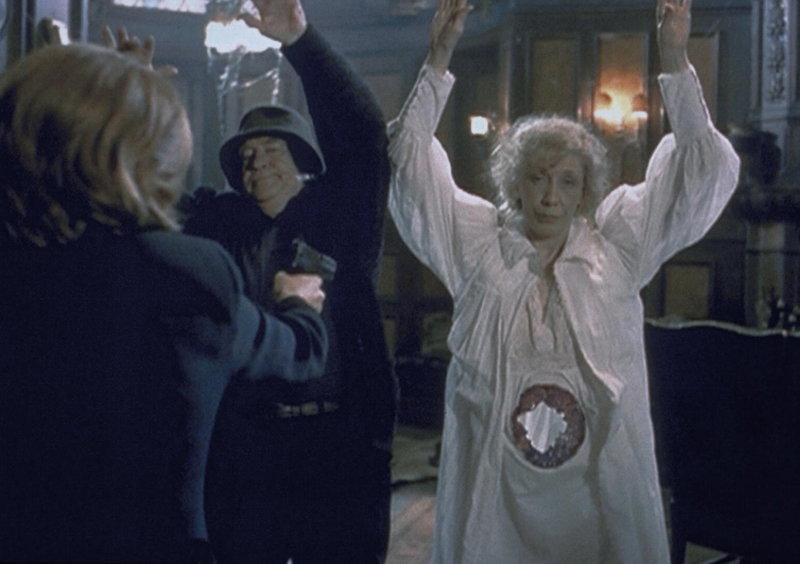 Scully (Gillian Anderson, l.) hält die beiden Geister Maurice (Edward Asner) und Lyda (Lily Tomlin, r.) mit der Waffe in Schach, obwohl das bei derartigen Wesen eigentlich wenig Sinn hat. – Bild: ProSieben MAXX