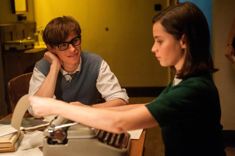 In der intelligenten Jane (Felicity Jones) hat Stephen (Eddie Redmayne) die ideale Partnerin gefunden. – Bild: ZDF und Liam Daniel