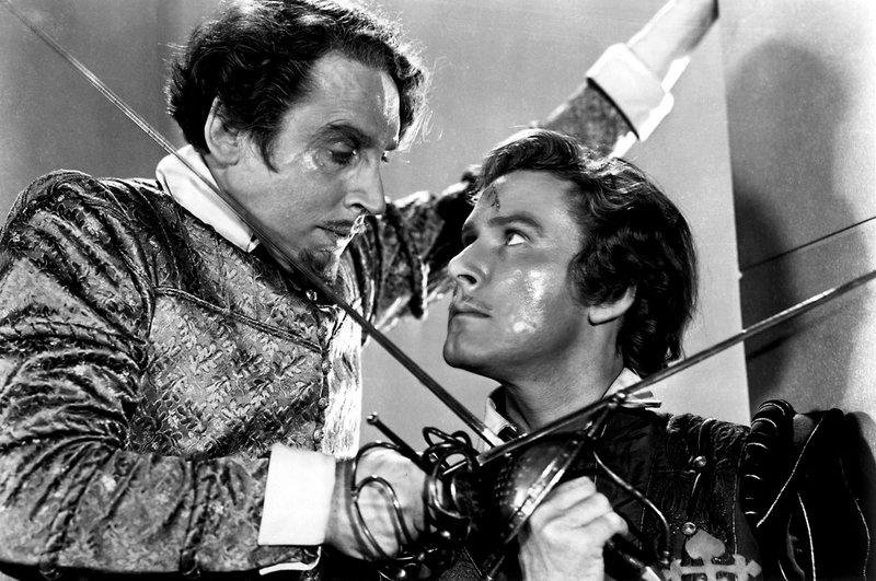 Kapitän Lopez (Gilbert Roland, li.) und Kapitän Thorpe (Errol Flynn, re.) – Bild: ARTE / © Warner Bros.