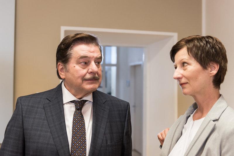 Erwin Steinhauer (Alfons Seywald), Irene Colin. – Bild: ORF eins