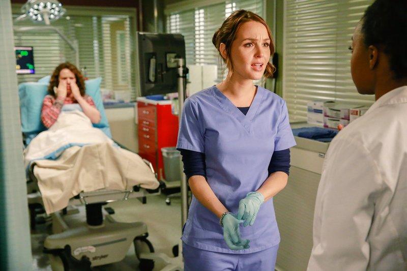 """""""Grey's Anatomy"""", """"Mit dir oder ohne dich."""" Dereks überraschend schnelle Rückkehr nach dem ominösen Anruf macht Meredith noch misstrauischer. Sie will zunächst keine Aussprache und flüchtet ins Krankenhaus. Owens Mutter wird nach einem Sturz unter der Dusche eingeliefert. Es scheint nichts ernsthaftes zu sein. Doch kommt nun ein Geheimnis seiner Mutter ans Tageslicht. Seit einiger Zeit hat sie einen neuen Lebenspartner: Den jungen, gutaussehenden Feuerwehrmann John.Im Bild (v.li.): Crista Flanagan (Andrea), Camilla Luddington (Dr. Jo Wilson), Jerrika Hinton (Dr. Stephanie Edwards). – Bild: ORF eins"""