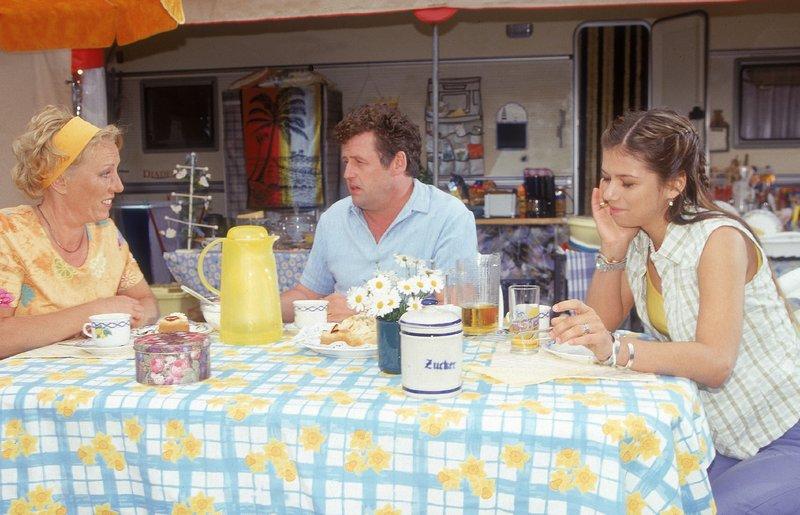 Benno (Willi Thomczyk) fühlt Uschi (Antje Lewald, l.) auf den Zahn. Er glaubt, dass es wirklich einen anderen Mann in ihrem Leben gibt. Tanja (Natascha Hockwin) kann darüber nur Lachen. – Bild: RTLplus