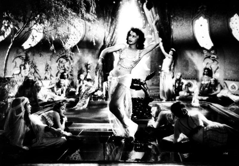 """""""Die Welt dreht sich verkehrt"""", Zu Silvester feiert der alte, ewig missgelaunte Beamte Franz Xaver Pomeisl Geburtstag. Diesmal bekommt er einen Ring geschenkt, mit dem er das Rad der Geschichte zurückdrehen kann. Franz Xaver ist der festen Überzeugung, dass die gute alte Zeit die beste war und begibt sich auf eine abenteuerliche Reise in die Vergangenheit. – Bild: 3sat"""