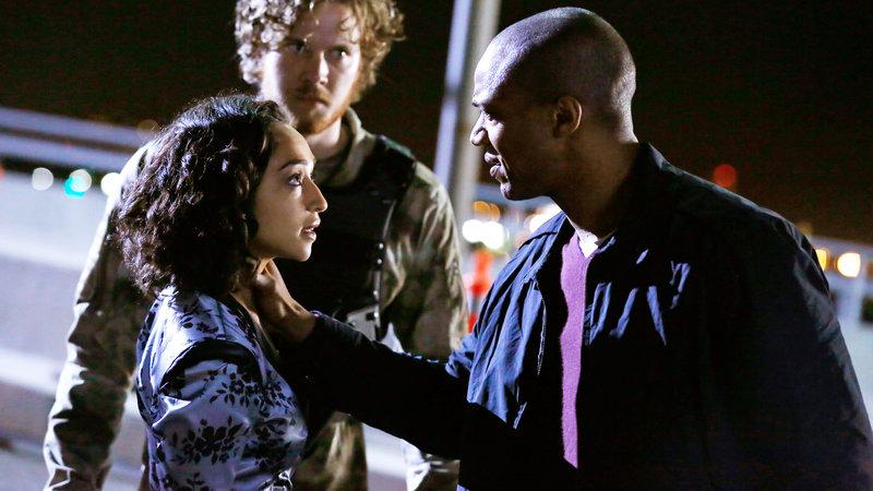 Mike Peterson (J. August Richards, re.) findet heraus, daß Raina (Ruth Negga) seinen Sohn entführt hat.. – Bild: RTL II