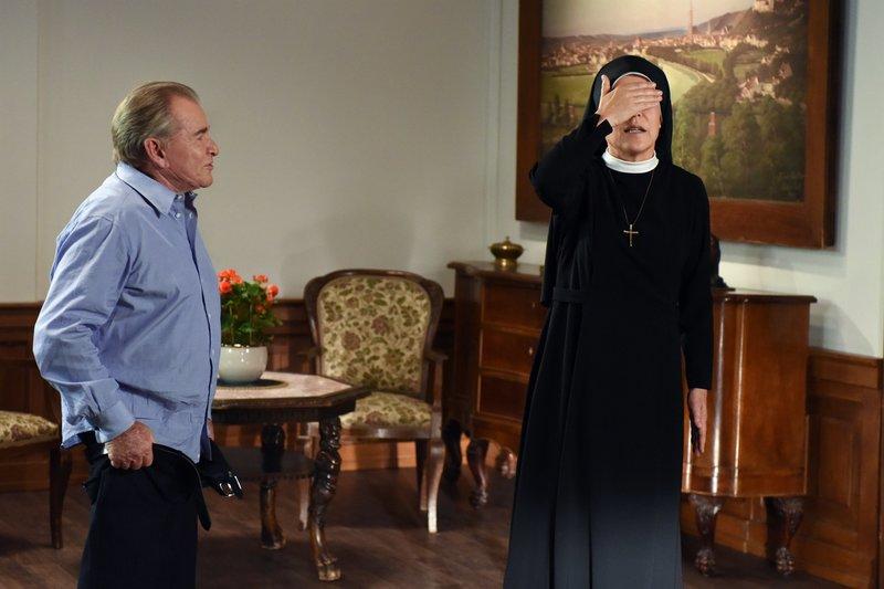 Schwester Hanna (Janina Hartwig) hilft Wöller (Fritz Wepper) in seinen neuen Anzug. – Bild: ORF 2