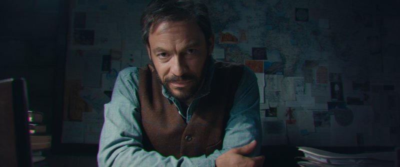 Laras Vater Richard (Dominic West) lässt ihr eine geheimnissvolle Videobotschaft zukommen – Bild: 2018 Warner Bros. Entertainment Inc. and Metro-Goldwyn-Mayer Pictures Inc. All Rights Reserved