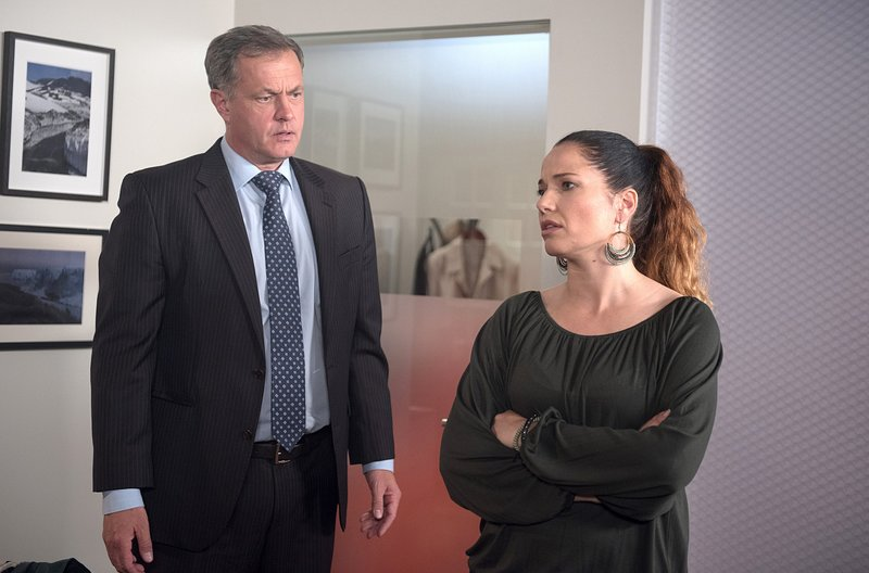 Tina (Katja Frenzel, r.) droht Torben (Joachim Kretzer, l.) mit Trennung. – Bild: ARD/Nicole Manthey