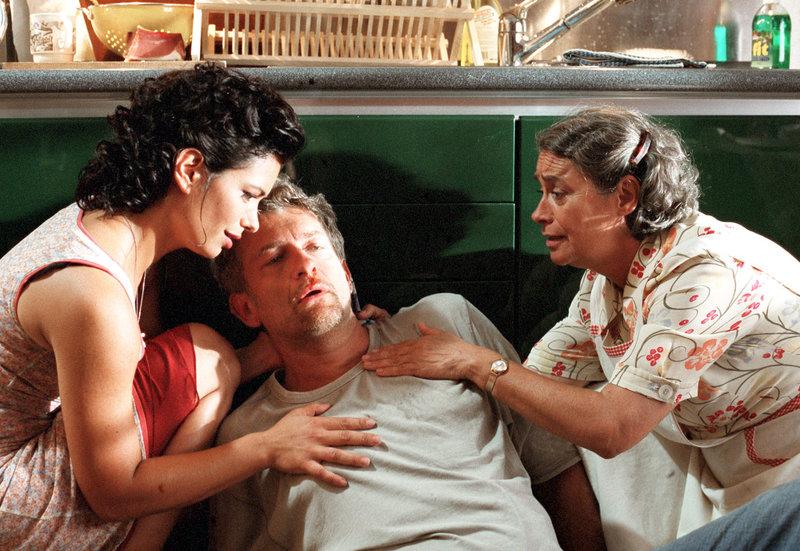 Nach einer Attacke seines Nebenbuhlers wird Peter (Dominic Raacke) von seiner Geliebten Stella (Sandra Speichert, li.) und seiner Haushälterin Clara (Monica Bleibtreu) wieder aufgemundert. – Bild: NDR/Degeto/Katrin Knoke