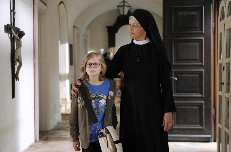 Schwester Hanna (Janina Hartwig, r.) betreut den elfjährigen Florian (Eric Evers, l.), der andauernd die Schule schwänzt. – Bild: ARD/Barbara Bauriedl