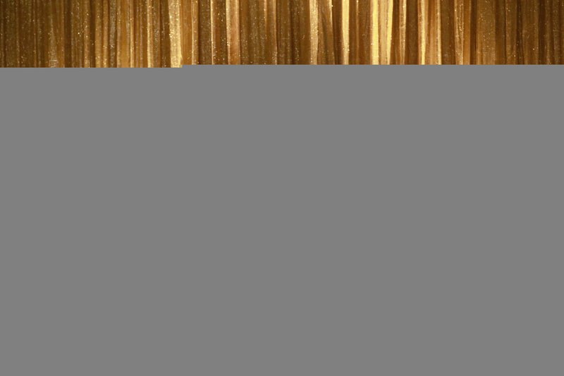 Castle (Nathan Fillion, M.) und Beckett sind auf einem Kreuzfahrtschiff unterwegs, um den Mörder einer Tänzerin aufzuspüren. Dabei nimmt Castle seine Nachforschungen sehr ernst und schlüpft in die Tanzschuhe des Opfers, um mit ihren Kolleginnen (Denna Thomsen, l. und Tarin Pratt, r.) das Tanzbein zu schwingen ... – Bild: Sat.1