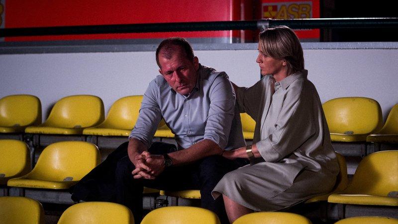 Volker Ziegler (Martin Lindow) und Rosalie Dohmke (Isabel Schonsig) betrauern den Tod ihrer Tochter. – Bild: ORF 2