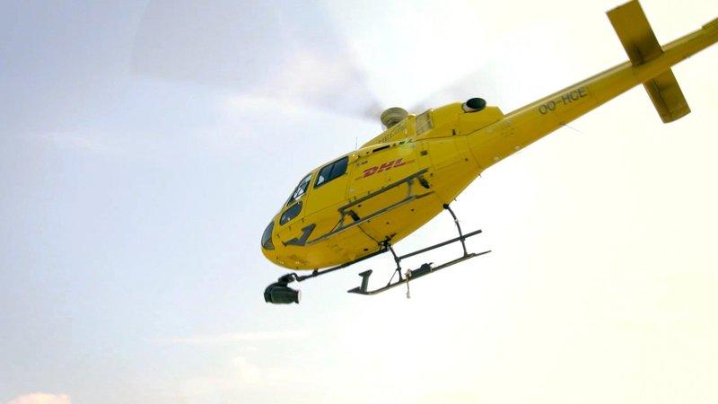 DHL ist auch per Hubschrauber unterwegs. – Bild: TVNOW / TVT.medie GmbH